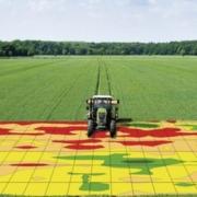 beeld waarop je tractor ziet bemesten op een veld met plaatsspecifieke kenmerken